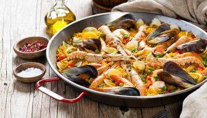 Paella jest typowym hiszpańskim daniem na bazie ryżu, wywodzącym się z okolic Walencji.