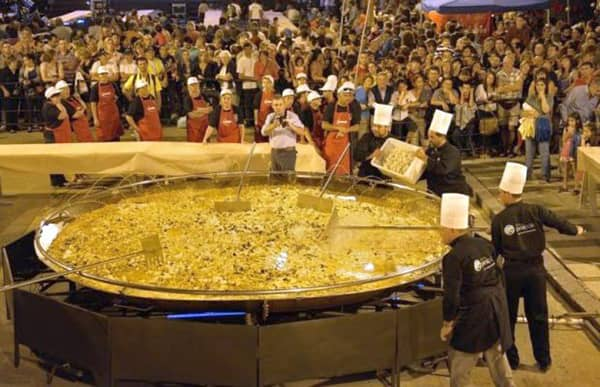 Ogromna paella wykonana na wiejskim festiwalu w Hiszpanii