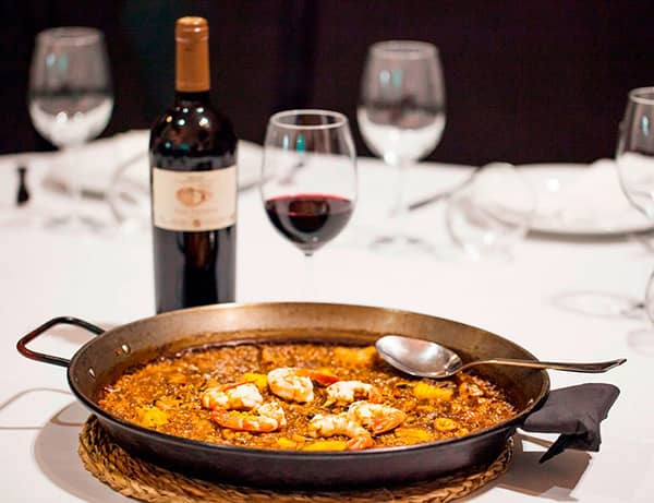 Paella z owoców morza pozostająca na stole przez 5 do 10 minut po ugotowaniu
