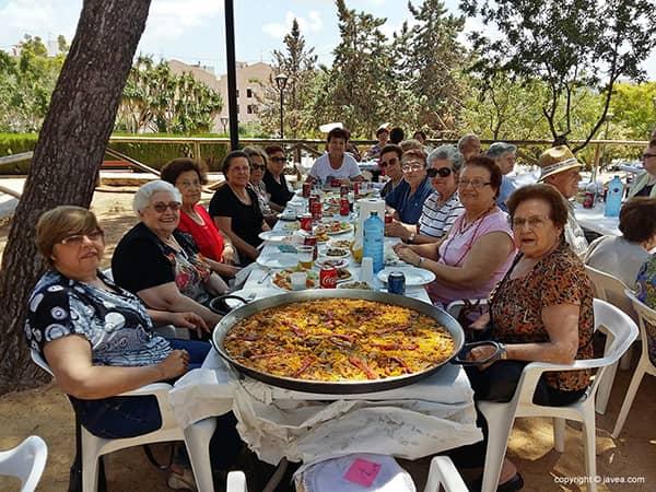 Grupa kobiet jedzących paellę w Hiszpanii.