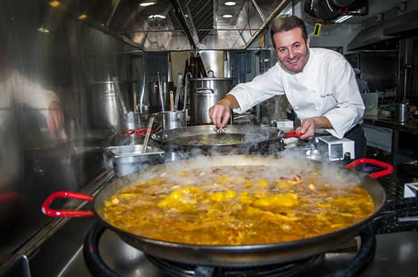 Hiszpański szef kuchni, Rafa Morales, przygotowujący pyszną paellę.